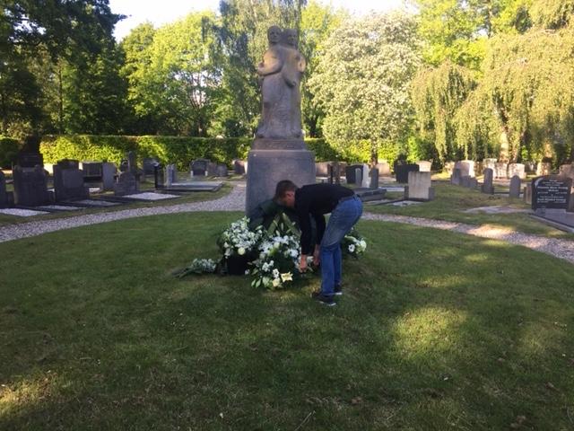 Lance heeft bloemen gelegd bij het monument van Piet de Springer