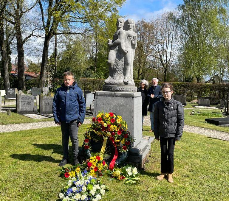 4 mei; bloemen bij monument Piet de Springer